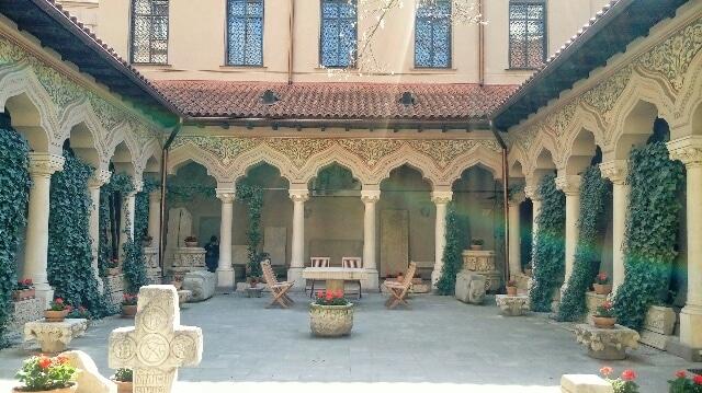 Chiesa-Stravropoleos-cortile
