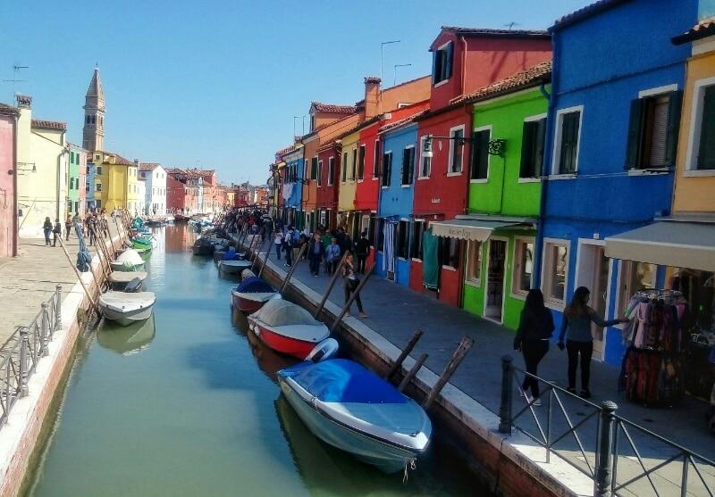 Isola di Burano a Venezia: arcobaleno di case e merletti - Pasion Viajes