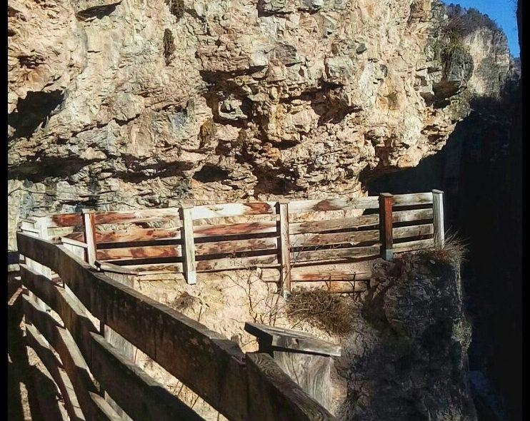 Il sentiero di San Romedio scavato nella roccia e il Santuario