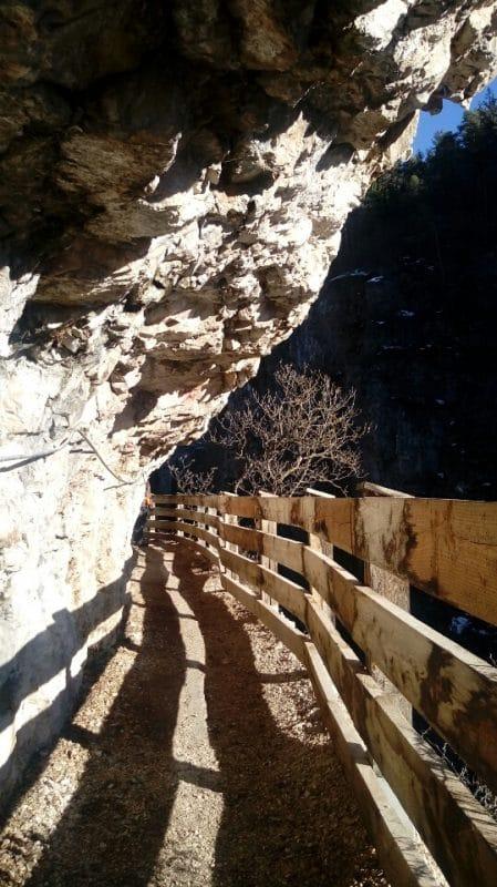 Il-sentiero-nella-roccia-di-San-Romedio-adrenalina